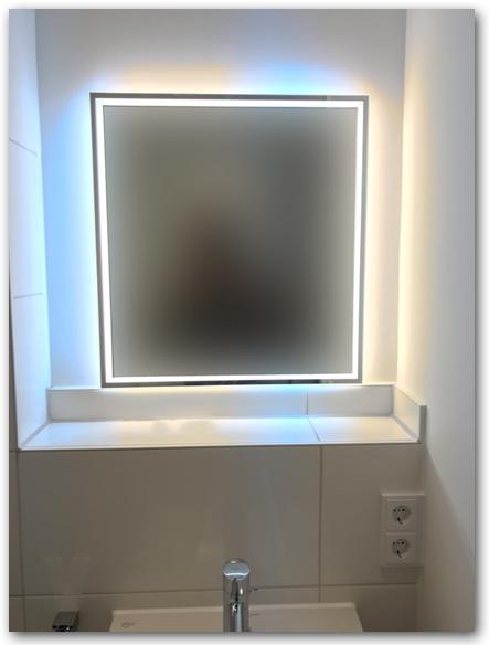 Badspiegel mit umlaufender LED-Beleuchtung und Raumbeleuchtung ( Hinterleuchtung des Spiegels ). Die Lichtfarbe kann variabel von kaltweiss über warmweiss bis gelblich stufenlos angepasst werden. Der Spiegel ist dimmbar in mehreren Stufen.
