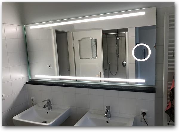 Badspiegel mit eingebautem, beleuchteten Vergrösserungsspiegel
