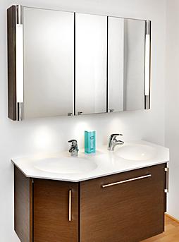 Doppel-Waschbecken mit Spiegelschrank