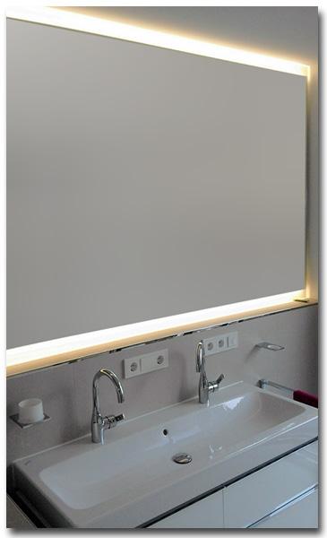 Spiegel im Bad mit LED-Beleuchtung in Massanfertigung